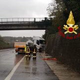 VIDEO/ Montemiletto, camion sbanda e perde gasolio in autostrada