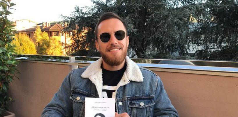 """La scrittura come forma di terapia: Gian Marco Manzo presenta """"Abbi cura di te"""", poesie per amare sé stessi"""