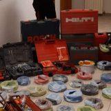 Rubano costosi attrezzi da lavoro: sorpresi con le mani nel sacco e arrestati