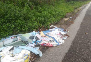 Video / Scarico abusivo di rifiuti nei pressi dell'ex ospedale Maffucci