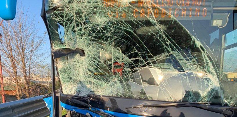 FOTO/ Scontro auto-pullman dell'Air: grande paura sull'autostrada A16
