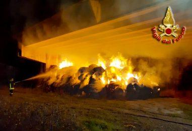 VIDEO/ Teora, balle di fieno in fiamme: verifiche ad un ponte della Fondo Valle Sele