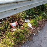Video / Discarica abusiva lungo via Pennini, bordi della carreggiata colmi di rifiuti