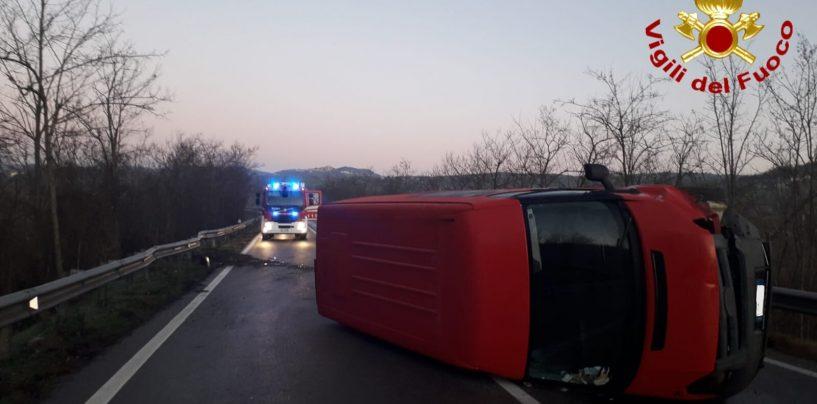 Conza della Campania, sull'Ofantina si ribalta un furgone: giovane in ospedale
