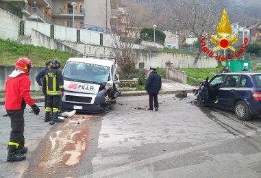 VIDEO-FOTO/ Violento impatto auto-furgone sulla Nazionale, tre feriti e traffico bloccato