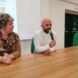 """FOTO / """"Viene prima la persona e poi la disabilità"""". Luca racconta agli studenti la sua vita con Alba"""