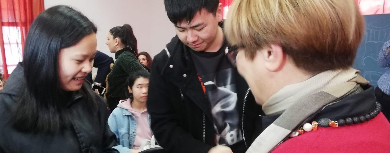 """FOTO / D'Amelio come Mattarella abbraccia gli studenti cinesi: """"Stigmatizziamo la violenza di qualche stupido"""""""