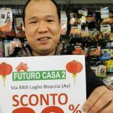 """VIDEO/ Il cinese di Bisaccia termina l'isolamento e lancia lo sconto """"Antivirus"""" nel suo negozio"""