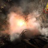 VIDEO/ Incendio sul ciglio della strada, in fiamme cumulo di rifiuti