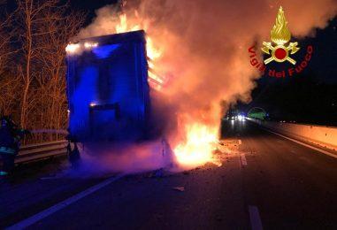 VIDEO/ Alba di fuoco sull'A16: brucia un autocarro, disagi alla circolazione