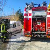 Incendio di abitazione ed auto, doppio intervento dei vigili del fuoco