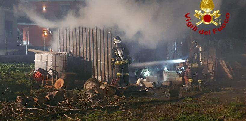 Brucia una baracca in legno e lamiere: i caschi rossi evitano il peggio