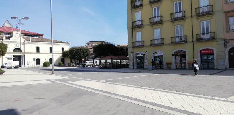"""FOTO / Piazza Umberto deserta, di pomeriggio chiude anche l'edicola: il """"coprifuoco"""" di Atripalda"""