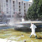 """FOTO / Fontane in piazza Libertà piene di rifiuti e melma: al via la pulizia e la sanificazione. L'assessore """"striglia"""" gli incivili"""