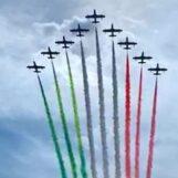 Le Frecce Tricolori sorvolano il mare di Napoli e il Vesuvio: show acrobatico nei cieli