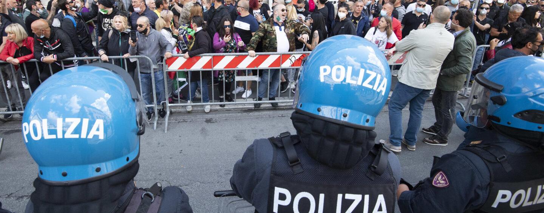 """""""Il virus è un trucco"""", in 200 manifestano a Roma"""