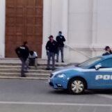 Extracomunitario esagitato inveisce lungo il Corso: arrivano le Volanti