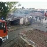VIDEO/ Ariano, deposito agricolo a fuoco: concluse le operazioni di spegnimento
