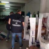 VIDEO/ Lotta al falso nel Napoletano: scoperta stamperia abusiva di capi di abbigliamento