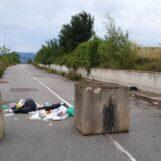 Abbandona rifiuti in strada, trasgressore individuato e multato dai Carabinieri