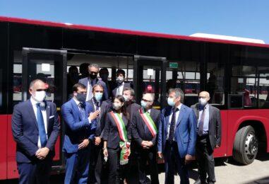 """VIDEO / Roma rilancia l'Irpinia. Nella Capitale bus made in Flumeri. Raggi: """"Un bel capitolo di una storia industriale italiana"""""""