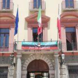 La Provincia celebra l'anniversario dei moti carbonari. Esposto uno striscione a palazzo Caracciolo