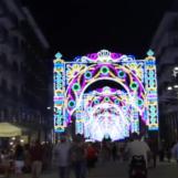Video/Le luminarie illuminano Corso Vittorio Emanuele, i pareri dei cittadini