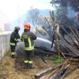 VIDEO E FOTO / Serino, deposito agricolo in fiamme: due squadre dei vigili del fuoco sul posto