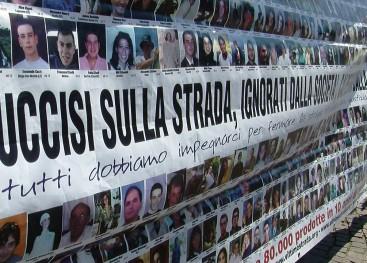 Protesta dei familiari delle vittime della strage del bus sull'A/16