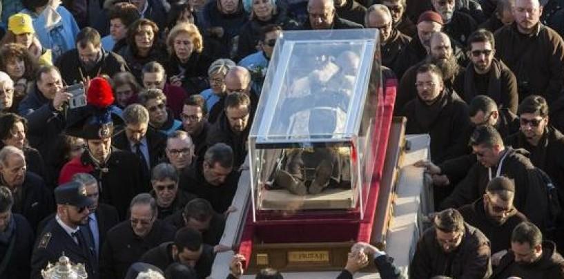 """Fine del viaggio, Padre Pio è di nuovo nella """"sua"""" San Giovanni"""