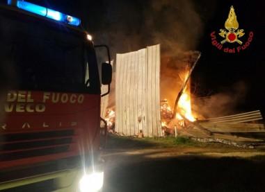 Gesualdo, incendio nel fienile: fiamme domate dopo 6 ore