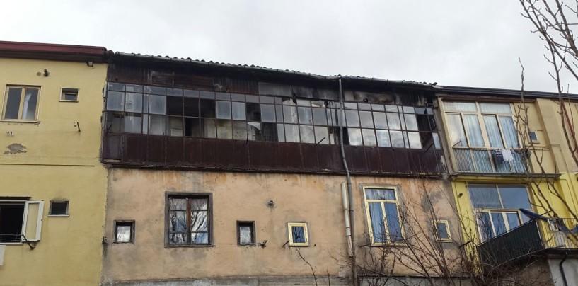 Crolla il tetto in legno, palazzina sgomberata in Via Tedesco