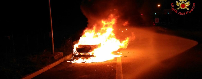 FOTO/ Auto prende fuoco sull'autostrada a Baiano, occupanti salve per un nulla