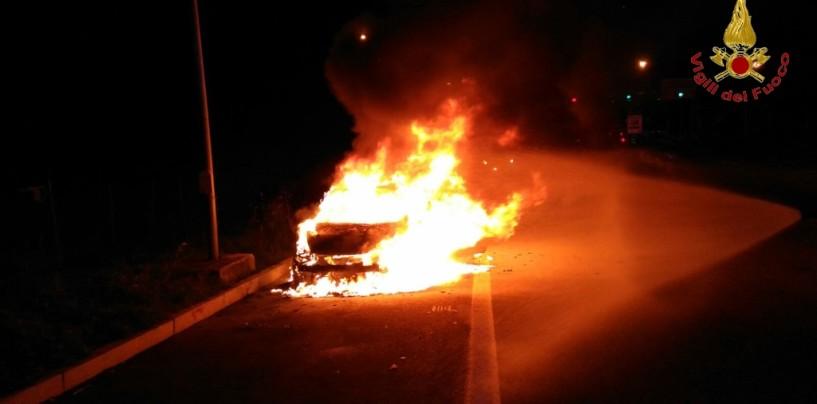 Auto in fiamme sull'A16, paura per una famiglia