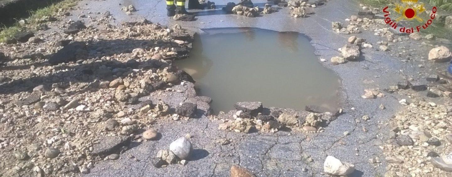 FOTO/ Scoppia la condotta idrica, colonne d'acqua fino a 30 metri