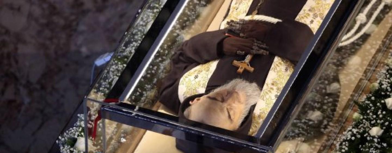 La pioggia non frena l'afflusso a Pietrelcina, fedeli in fila tutta la notte per Padre Pio