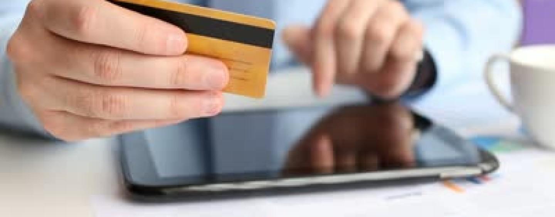 """Truffa del """"pacco"""": compra online tablet e pc, ma non gli arriva nulla"""