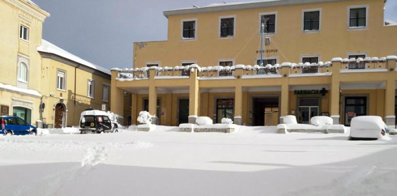 Ariano: ancora neve e ghiaccio per strada, restano chiuse le scuole