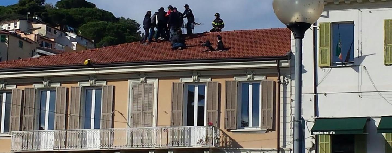FOTO/ Uomo minaccia di lanciarsi nel vuoto a Sanremo