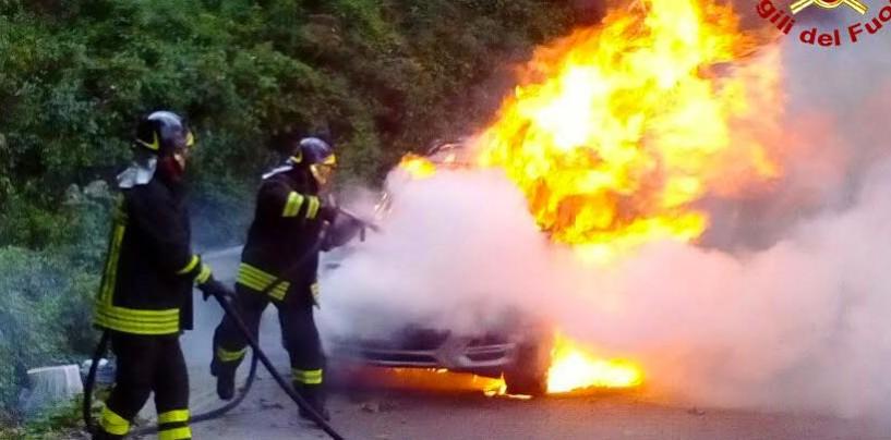 Auto distrutta dalle fiamme, il rogo divampa in pochi minuti