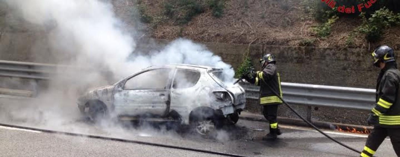 Auto in fiamme sulla A/16: nessun ferito