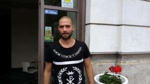 Davide Biraschi sotto la sede dell'Avellino
