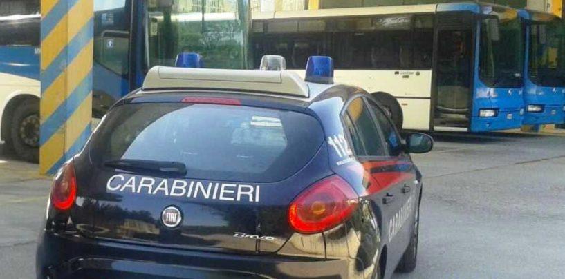 Vendeva agli studenti abbonamenti del bus falsi, truffa da 15mila euro
