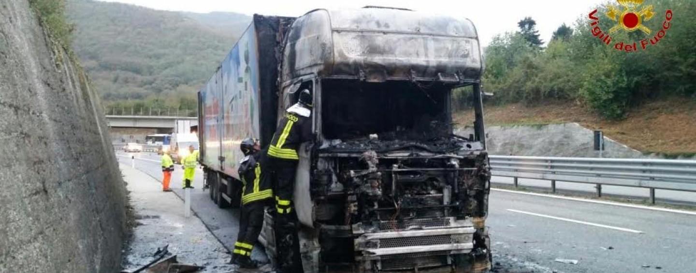 Paura sull'A16, camion in fiamme: intervengono i caschi rossi