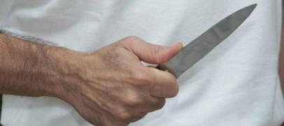 Aggredisce la compagna e tenta di colpire i Carabinieri con un coltello