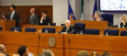 """Vitalizi Regione Campania, il taglio """"soft"""" di De Luca"""