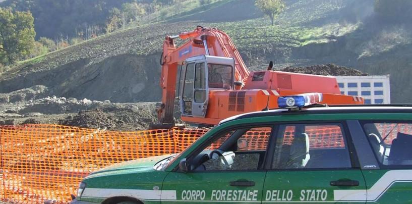 Montecalvo, caccia all'oro grigio: blitz della Forestale. Sequestrati autocarro ed escavatore