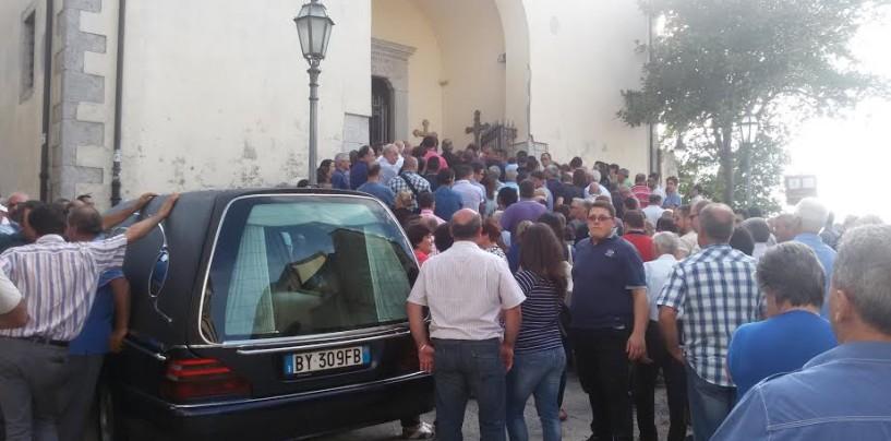 Bagno di folla a Montefusco per l'ultimo saluto a Gianluca Ciampi