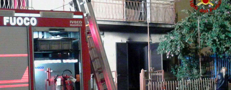 Paura all'alba a Grottaminarda, fiamme avvolgono abitazione: in salvo gli occupanti