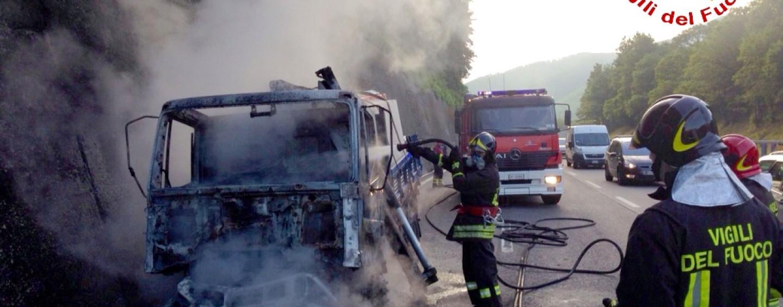 A16, in fiamme due autocarri: super lavoro per i caschi rossi